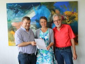 Übergabe des Zuwendungsbescheides (v.l.n.r.: Bürgermeister Thomas Groll, Landrätin Kirsten Fründt und Vorsitzender Alexander Milewski)