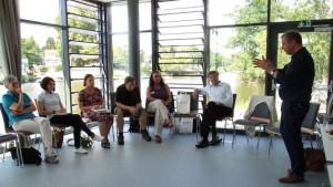 Geschäftsführer der Destination dasLahntal Achim Giersig erläutert den Regionalmanagerinnen und -managern das neue Konzept